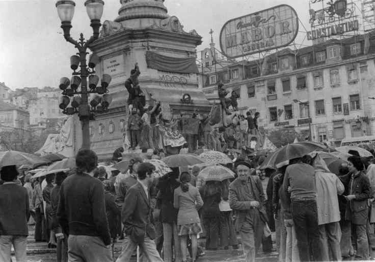 Praça Luís de Camões, 25 avril 1974 Fotografia: Arquivo Municipal de Lisboa / Jornal Diário de Notícias / Revolução de Vinte e Cinco de Abril de 1974