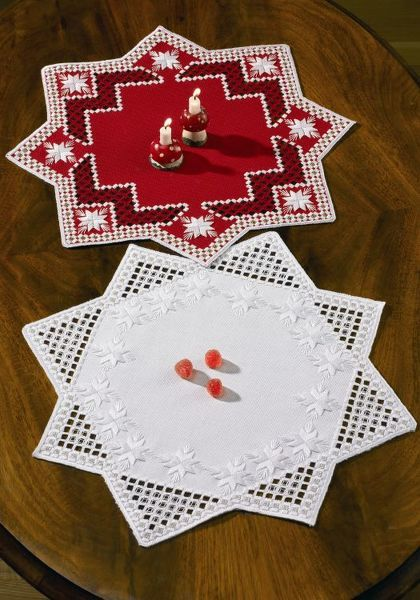 An attractive star shaped table mat kit with bright white stars and a touch of gold.