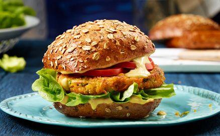 Unbeschreiblich lecker! Der Kichererbsen-Burger mit Vollkornbrötchen und würzig-cremiger Curry Sauce.  Abgerundet mit frischem Salat und knackigen Tomaten.