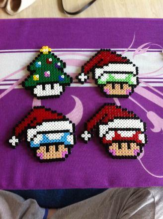 Lot de 4 dessous de verre de l'univers Mario, version esprit de Noel Fait avec des perles Hama, perles à repasser. Vendu en lot ou à l'unité. Pour plus de précision, n'hési - 16214447