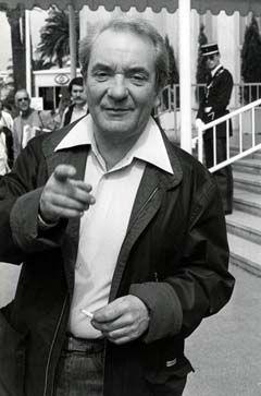 Jean Carmet, acteur et scénariste français (1920-1994) joua dans plus de 200 films. César du meilleur acteur en 1986. Ami de Gérard Dépardieu et de son père. Il est enterré au cimetière de Montparnasse dans un tombe simple quasi anonyme comme fut sa vie qu'il ne prit jamais au sérieux mais simplement toujours du bon côté.