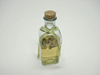 BIOCOSMESI: OLIO PROFUMATO PER IL CORPO - 50 ml di olio di jojoba naturale senza profumazioni aggiunte (lo trovi in erboristeria) - 10 gocce di olio essenziale di lavanda; - 10 gocce di olio essenziale di incenso  - L'olio di jojoba è un prezioso alleato della pelle perché la nutre e la idrata senza ungerla, si assorbe facilmente e la rende elastica e pulita perché non ostruisce i pori. (NB: se preferite potete utilizzare anche altri oli vegetali come ad esempio l'olio di mandorle dolci che…