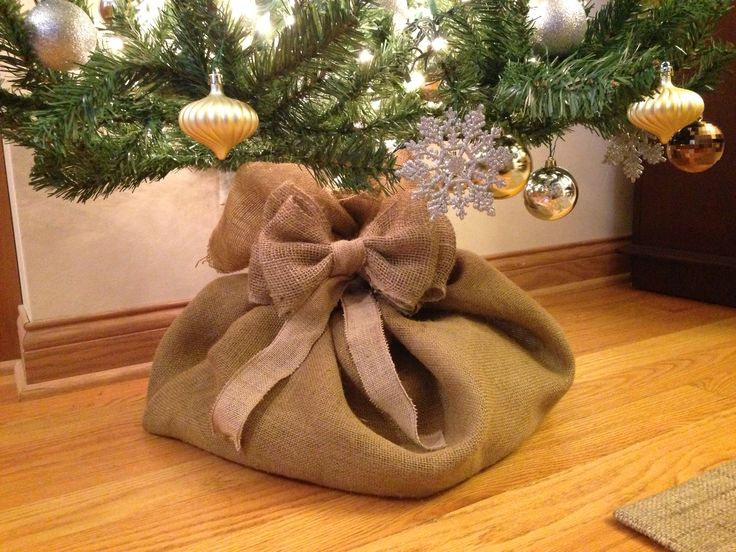 Christmas Tree Burlap Sack! I think I need to make this instead of a tree skirt!! @Ashley Green