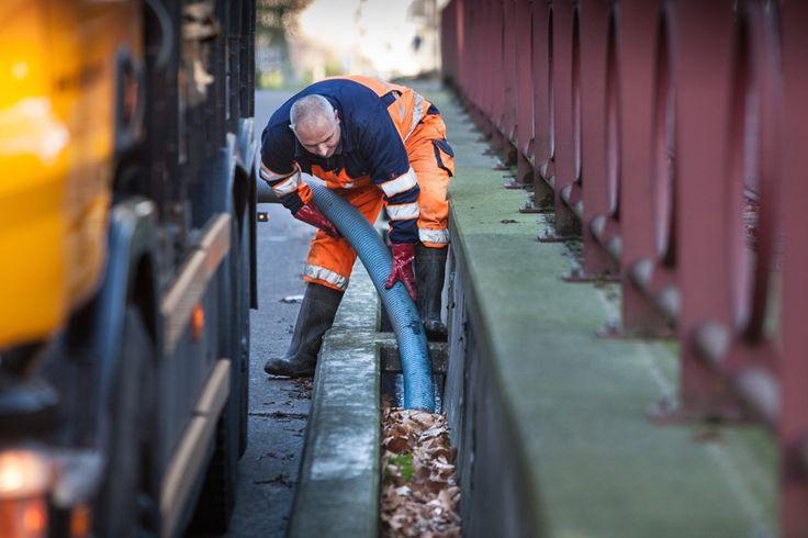 Twee keer per jaar reinigen we de tunnels in de stad. Zo zorgen we ervoor dat ze niet onder water komen te staan.