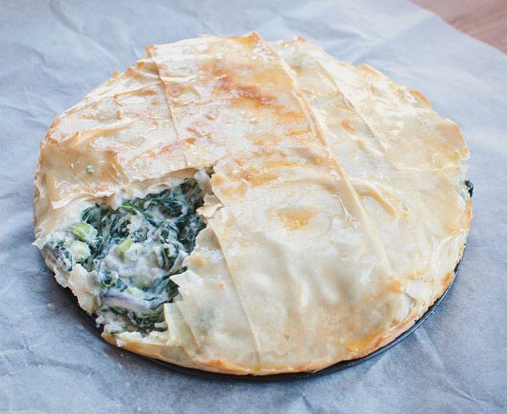 Spanakopita; Griekse spinazie-feta taart. Romig, hartig en krokant. Een lekker bijgerecht waar je de Griekse zon in proeft.