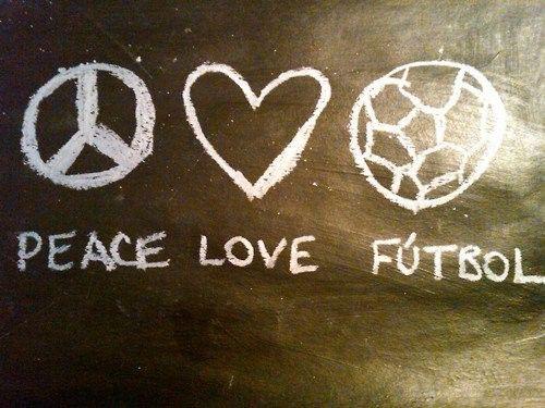 Peace, love, fútbol. Paz, amor.