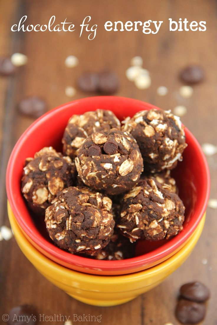 Healthy Chocolate Fig Energy Bites -- you just need 5 ingredients to make these protein-packed snacks! And they taste like fudgy brownies!