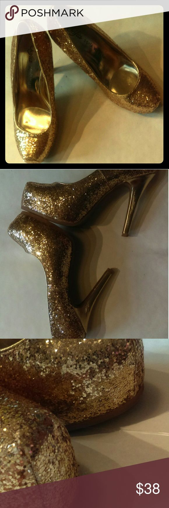 Sofia Vergara Gold Glitter Pumps size US8 Sofia Vergara Stunning Beautiful  Gold Glitter  Pumps size US8 good condition has a few spots were glitter is coming loose in front but expected for glitter has some wear on bottom as seen in pictures these are a must have for all my glittery unicorns ! Sofia Vergara Shoes Heels