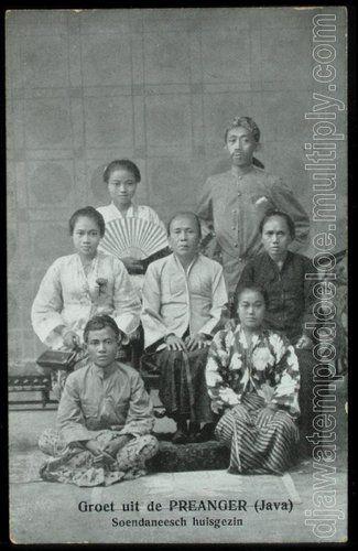 "A postcard published by Tio Tek Hong & written in Dutch : ""Groet uit de Preanger (Java) Soendaneesch huisgezin""."