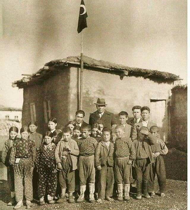 Köy Enstitülerinin Tonguç babası  Öğrencileri ile birlikte