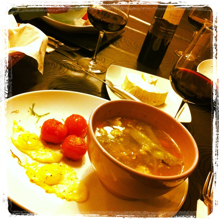 Só uma sopa, cheia de ervilhas tortas,cenouras de várias cores, judias e carne desfiada.Para disfarçar a pobreza levou tomates cherry confitados e dois ovos de codorna. Só naquela...