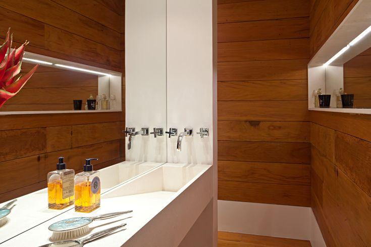 Uma casa de músicos. Veja: https://casadevalentina.com.br/projetos/detalhes/musica-na-lagoa-524 #details #interior #design #decoracao #detalhes #decor #home #casa #design #idea #ideia #wood #madeira #charm #charme #cozy #casadevalentina #bathroom #banheiro #lavabo