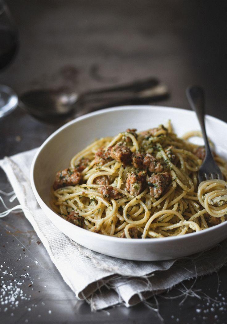 J'avais en tête de préparer des pâtes au pesto pour mon homme, jusqu'à ce qu'il me dise : « Mais on n'a pas de viande! » Situation à laquelle j'ai remédié en ajoutant de la chair de saucisse italienne.