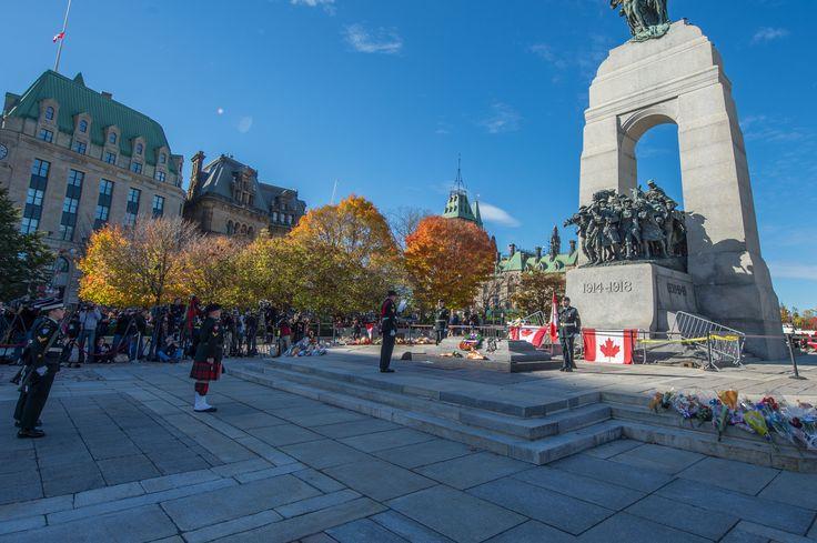 Les sentinelles reprennent leurs fonctions au Monument commémoratif de guerre du Canada à Ottawa.