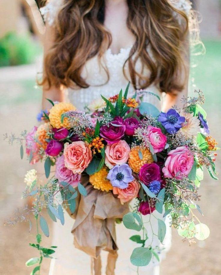 どんな結婚式場でもどんな季節でも、結婚式を最高に楽しく可愛くハッピーにしてくれるウェディングテーマは、「カラフル🌈」。 「カラフル」をテーマにしたウェディングドレスやウェディングブーケ、会場コーデや会場装花はとっても華やかで、ゲストも思わず「かわいい〜♡」と声を挙げたくなってしまうはず! そこで本日は、「カラフル」がウェディングテーマの結婚式アイデアをご紹介致します♡  カラフル ✕ ウェディングブーケ 黄色〜マジェンダ色の暖色系のみでまとめた、可愛らしいカラフルブーケ。ちょこっと白いお花が入るだけで、ウェディングらしさがぐっと増します☺ 出典:https://www.instagram.com ゴールデンイエロー色のジニアと紫色のアネモネのコントラストが、鮮やかでインパクト大のウェディングブーケ。 出典:https://www.instagram.com/  ヘッドドレス ベリーが入ったラスティックスタイルの、カラフルな花冠はひときわ華やか♡ 出典:https://ruffledblog.com オレン...