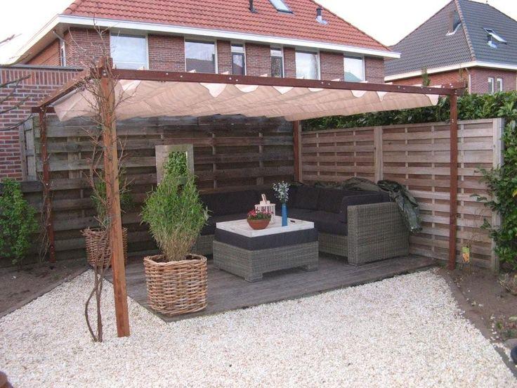Schaduwdoek, wellicht voor extra zithoek links achterin de tuin? Dan ook altijd plek om in de zon te zitten in de ochtend. Schaduwdoek kan eventueel op termijn vervangen kunnen worden door vaste / waterdichte overkapping.