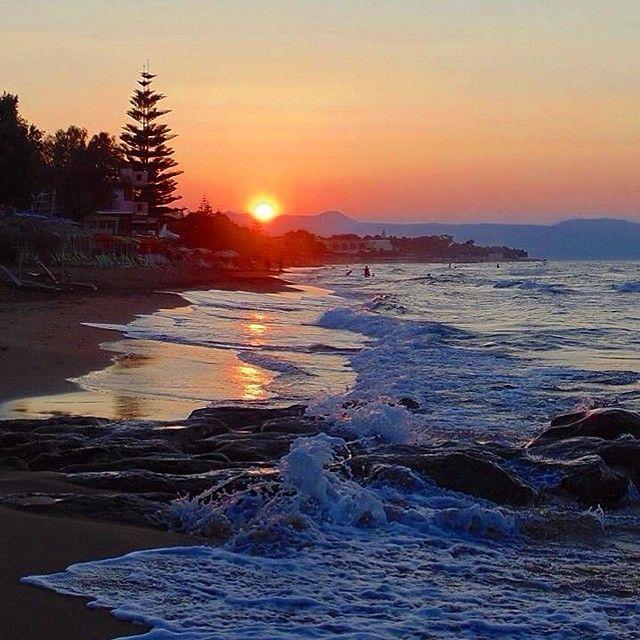 Solnedgang. Gående ved strandkanten. Det er vel ferie? Vi elsker at komme ned til stranden, og drømme os væk til lyden af havet. Kom og find DIT eget Kreta! Du kan læse mere om Kreta her: www.apollorejser.dk/rejser/europa/graekenland/kreta