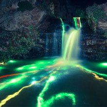 Uma dupla de artistas resolveu fazer uma experiência muito interessante, iluminar cachoeiras no norte da Califórnia.