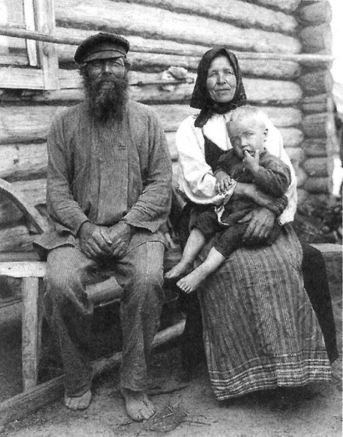Дед и бабка с внуком. Рязанская губерния. Касимовский уезд, село Увяз. 1910 г.