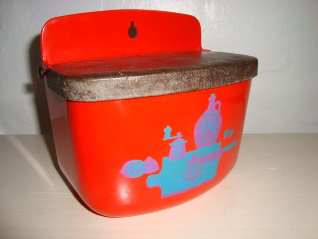 Rosti Mepal Danish design retro salt box from the 60s made in melamin. Rosti saltkar til at hænge på væggen. #trendyenser #mepal #saltbox #60s #saltkar #melamin #kitchenware #rosti #retro #danishdesign #danskdesign #sælges #tilsalg #forsale on  www.TRENDYenser.com.
