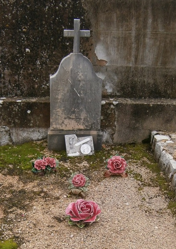 Roses on a French grave Ceramic roses In France it's a tradition and part of the culture to honour with ceramic flowers Prachtige rosé rozen op een oud graf in Frankrijk