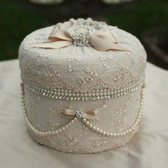 (réservée )boite shabby chic en soie dentelles perles et strass