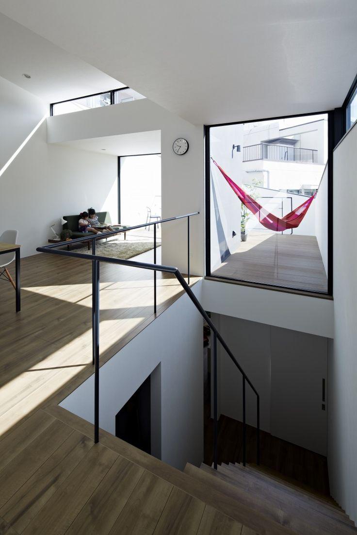 周囲の建物の高さや窓の位置を踏まえ、また密集地の中の「抜け」のある方向に対しは、積極的に開口や窓を設け、周辺状…