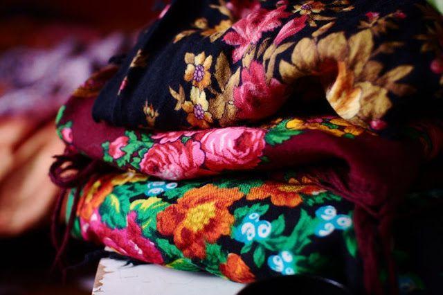 Salainen haaveeni vuodelle 2018 - Oma kirja, ruusuhuivi, ruusuhuivit, venäläinen huivi, russian scarfs, rose skarfs, vanha talo, kummitustalon kuvakirja, käsityökirja, e-kirja, kirjaprojekti