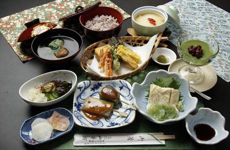 身延山久遠寺精進料理(山梨県)   季節の野菜の天ぷら、山芋のじょうよ蒸し、こんにゃくとお麩の田楽、刺身コンニャクと湯葉、酢の物、香の物、お吸い物、ご飯、デザート