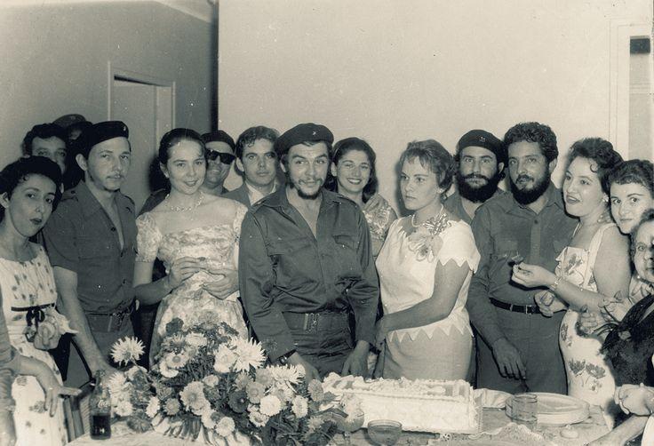 durante la boda a la izquierda entre otros amigos vilma