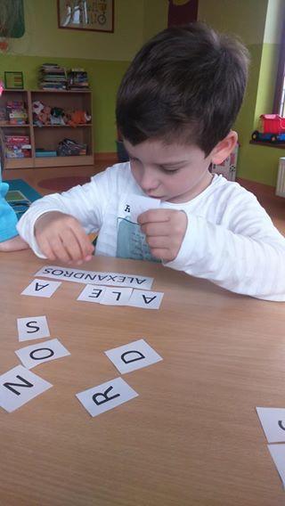 Zabawa z literkami ;) Układamy swoje imiona :) http://www.przedszkoleswiatdziecka.edu.pl/