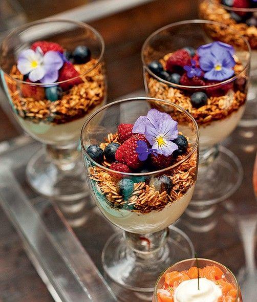 Para o prato ficar gostoso e ainda mais bonito, enfeite-o com flores comestíveis. Na foto, um parfait de iogurte com frutas e granola
