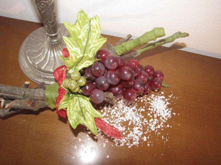 ciao a tutti condivido con voi questo bellissimo grappolo d uva appoggiato su dei legnetti naturali