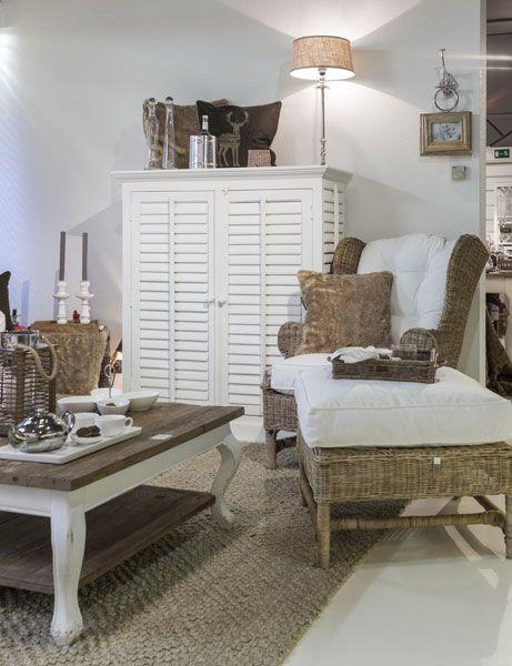 die 25 besten ideen zu vitrine landhausstil auf pinterest vitrinen kronleuchter landhaus und. Black Bedroom Furniture Sets. Home Design Ideas