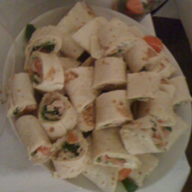 Wraps met Paturain, rucola, gerookte kip, tomaat, ham, komkommer en bieslook.