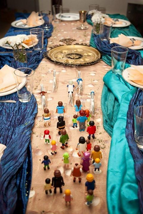 Seder tablescape - that is too cool!!! What a creative idea, Israel going through the red sea. http://www.dailycheapskate.com/2015/03/seder-exodus-table-arrangement.html