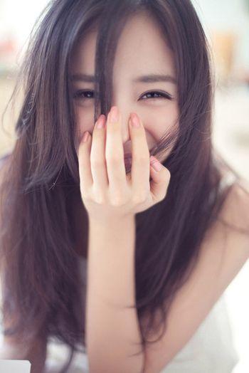 目元がニッコリすると、目が細くなり三日月型に。黒目の割合が増えることで、好印象につながります。笑顔が「怖い」「冷たい」と言われる人は、口だけで笑っている可能性大です。