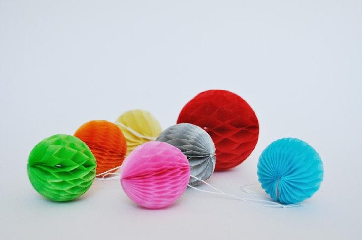 8 Palline colorate di carta a nido d'ape / 8 Colorful Honeycomb paper balls. €7,50, via Etsy.