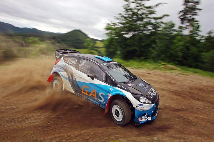 """Hermann Neubauer sieht sich bei der kommenden Rallye nicht als Favorit. Ein erster Test vor der Schotter-Premiere im Schneebergland verlief problemlos. Zusätzlicher Auftrieb dank neuem Kopf-Sponsor """"Hotel Ansitz Plantitscherhof""""."""