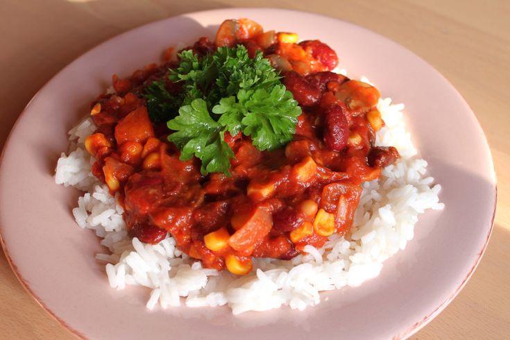 Meget nem og lækker bønnegryde, der virkelig smager af noget! Serveres sammen med ris og evt. brød, og du har et meget mættende måltid.