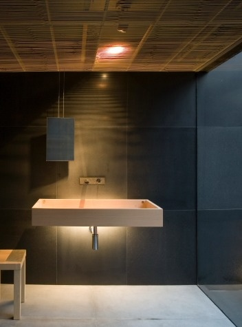 The lighting design makes this rather simple bathroom very exiting! Try this at home! fujiya onsen, yamagata