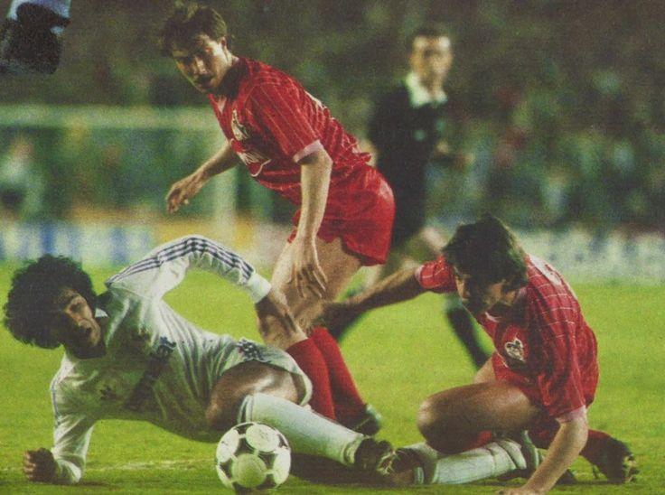 Hugo Sánchez vs. Dieter Prestin + Karl Heinz Geils. Real Madrid-Colonia de la ida de Final de Copa UEFA de 1986.