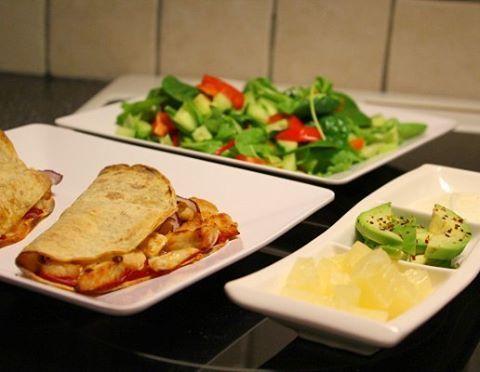 Lompecalzone med kylling, ananas, avokado og hvitløksdressing 😍👌 #middagstips #matglede #matinspirasjon #nrkmat #godtno #dinner #chicken #avocado #pinapple Lomper #aulie #sunnmat #sunnerehverdag calzone pizza wrap tortilla carbzone