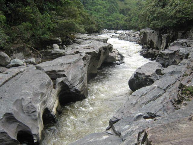 """Los #rios que corren por profundos cañones se ven en ocasiones obligados a pasar por reducidas gargantas rocosas, proporcionando con ello #paisajes naturales realmente impresionantes, tal es el caso del famoso """"Estrecho del Río Magdalena"""" en el Huila."""
