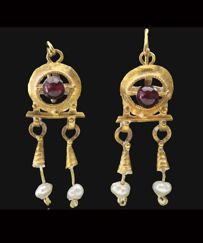 A PAIR OF ROMAN GOLD, GARNET AND PEARL EARRINGS CIRCA 2ND-3RD CENTURY A.D.