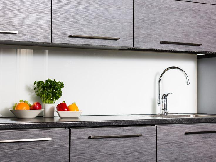 Harmaat keittiön kalusteet sopii ajattomaan sisustukseen. Harmaasta keittiöstä saa muunnettua monenlaista tekstiileillä sekä astioilla!