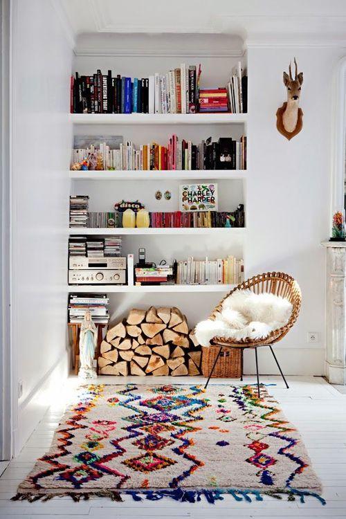 Chaise en rotin + fourrure + Tapis berbère + étagère encastrée/bibliothèque