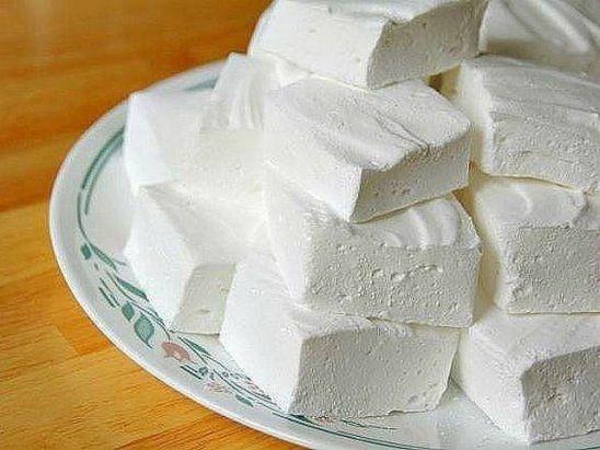 Домашний зефир Низкокалорийный десерт, который содержит всего 80 ккал на 100 гр, легко приготовить самостоятельно. Кроме того что такая сладость не навредит фигуре, она еще и безумно вкусная! Какие продукты понадобятся: - кефир - 1 л; - сметана нежирная - 3/4 стакана; - сахар - 1 стакан; - желатин - 2 ст. л; - вода - 2 стакана; - ванильный сахар - 1/2 пакетика