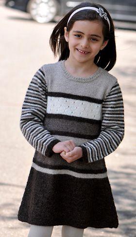 Gratis strikkeopskrifter: Den søde pigekjole kan strikkes i alle mulige farvesammensætninger – så måske kan du også få brugt nogle rester her