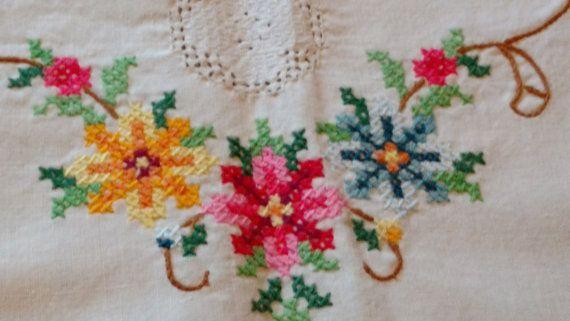 Prachtig dressoir sjaal of tabel Runner Vintage prachtig geborduurd met gehaakte inzetstukken midden van de eeuw dressoir tafellinnen